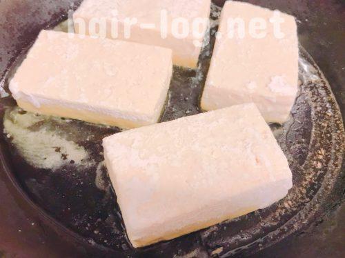 フライパンで豆腐を焼く。
