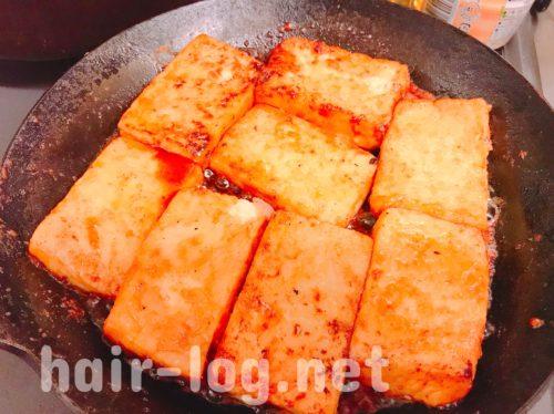 タレをつくったフライパンに豆腐を投入!