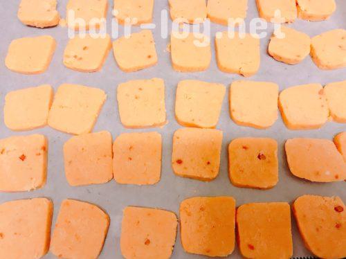 切れるくらいに固まったら出して、包丁で5~7ミリくらいに切る。